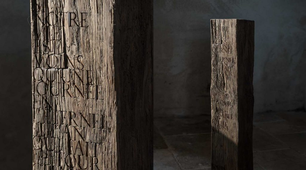 Monolith – Quote from Joachim du Bellay, 2019 – Hundred year old cedar wood with engraved lettering, 100 x 20 x 17 cm