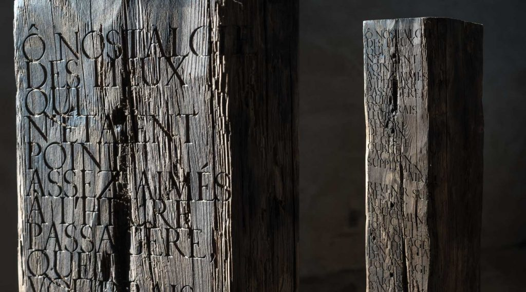 Monolith – Quote from R.M. Rilke, 2019 – Hundred year old cedar wood with engraved lettering, 110 x 18 x 18 cm