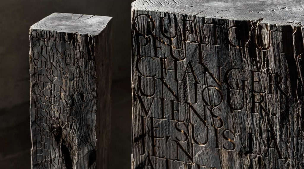 Monolith – Quote from Georges Moustaki, 2019 – Hundred year old cedar wood with engraved lettering, 104 x 20 x 19 cm